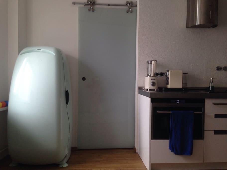Да, слева это холодильник )