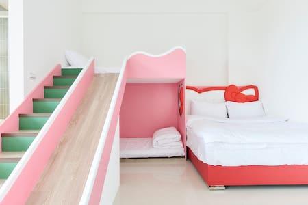 法藍旅店( Fernan BnB) 四人親子溜滑梯套房-KiKi粉紅貓 - 宜蘭縣 - Penzion (B&B)