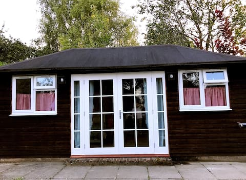 Cosy Private Cabin with parking in good location