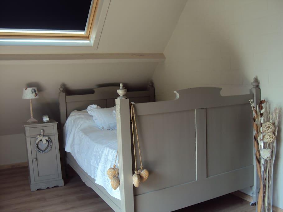 Chambre au lit simple