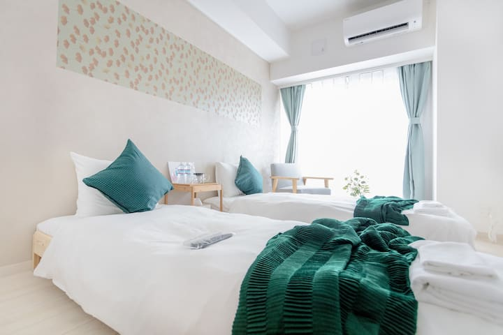 bedroom, two single beds, tv, air-conditioning ,and small table。 卧室,两张单人床,电视, 空调和小桌子。