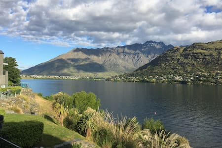 Lake front self contained quality studio apartment - Queenstown