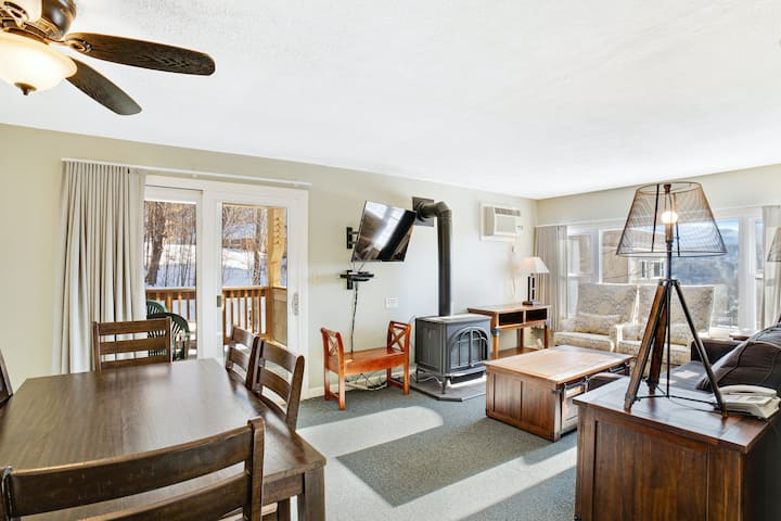 Mountain view condo w/forest views, shared gym/hot tub/indoor pool/tennis