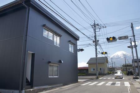 富士山が見える角のゲストハウス - Fujiyoshida-shi - Ev