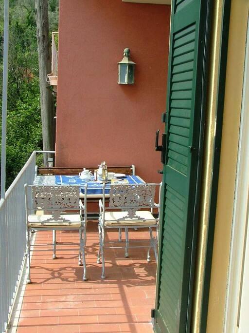 Zona pranzo in terrazzo.