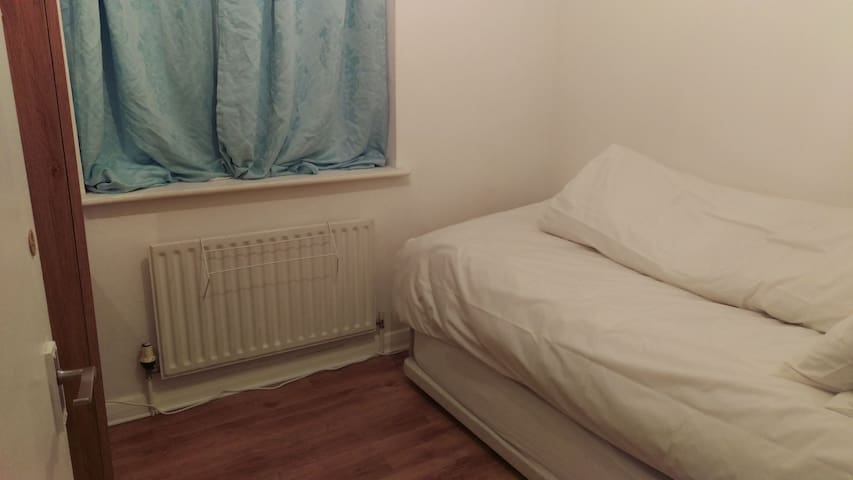 Small room 20 minutes away from central London 1