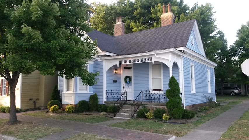 Bourbon Cottage, 2 BR, Downtown next to Bakery!