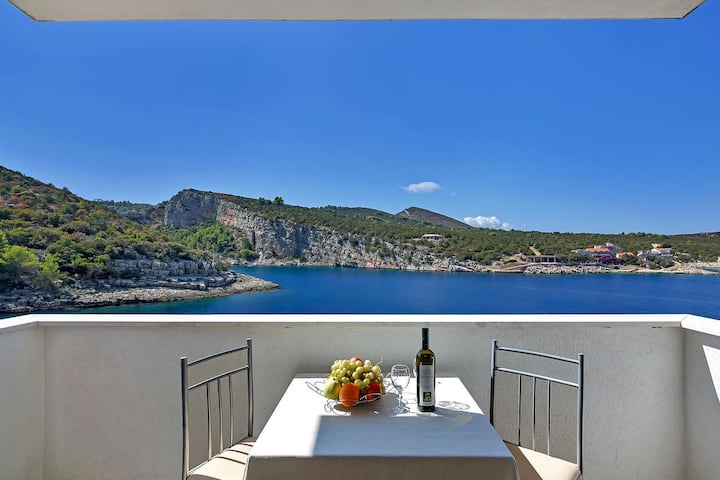 Studio flat near beach Cove Pokrivenik, Hvar (AS-5231-b)