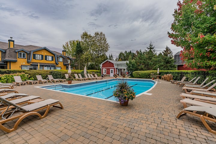 Beautiful 3 bedroom with deck view to shared pool!
