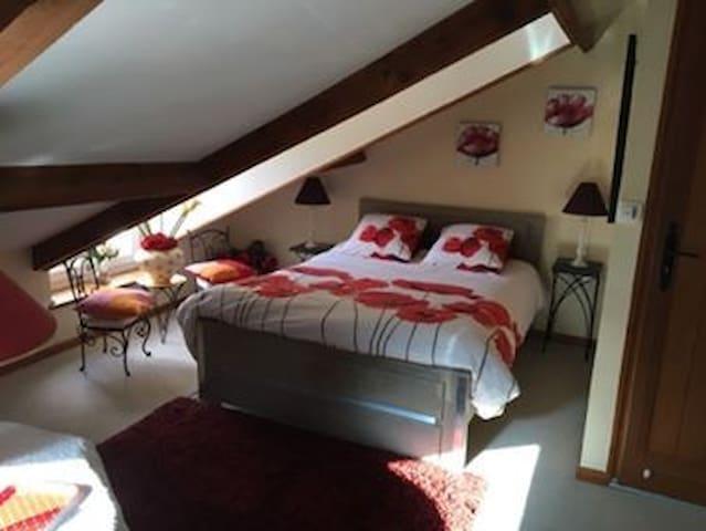 Second lit dans la chambre rouge.