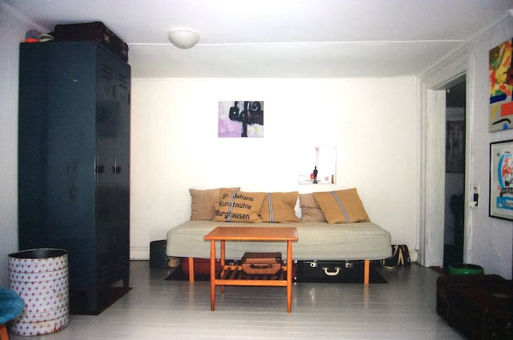 Stue/værelse med 2 enkeltsenge.