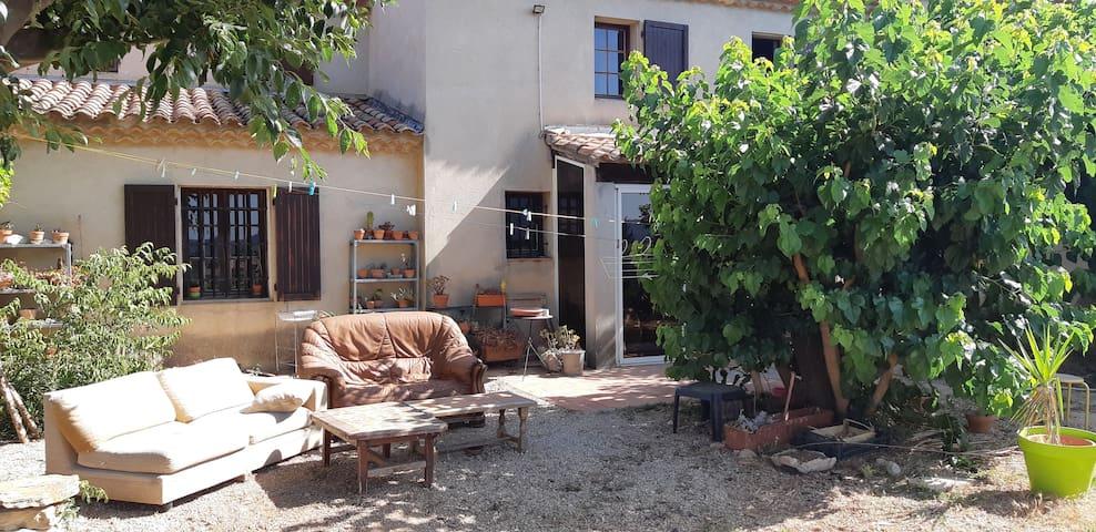 Chambre2 dans un mas provençal entourée de vignes