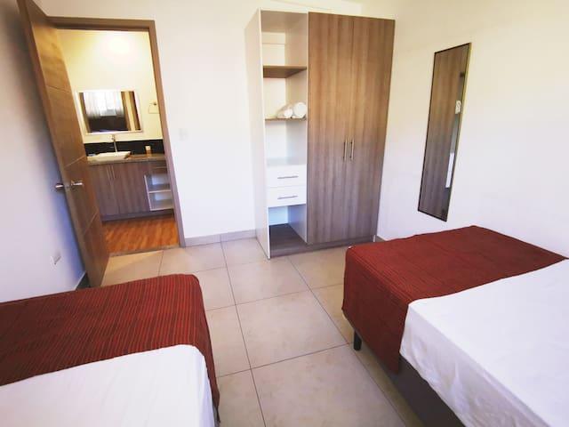 Habitación con 2 camas Jr.  y Closet
