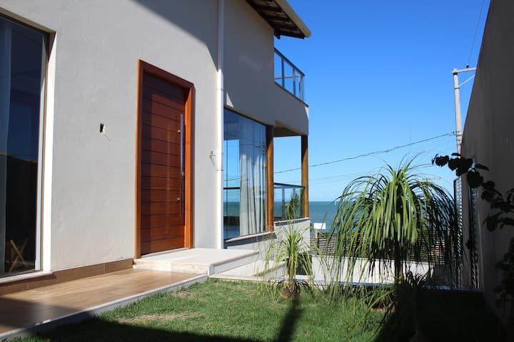 Casa com mezanino, de frente para o mar