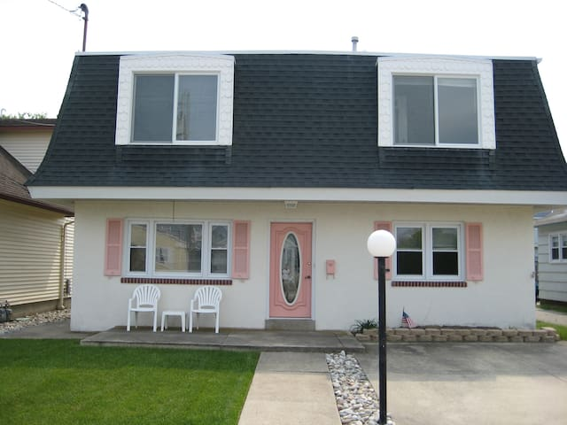 314 Louisville 2 Bedroom House 1 Block From Beach