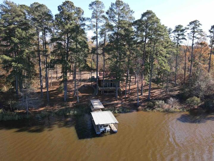 Lake front home w/boat dock & 18' pontoon boat