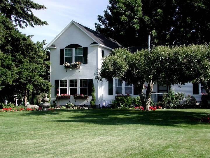 Villa Vista  Jacuzzi Suite for 2 - Cozy Rose Inn