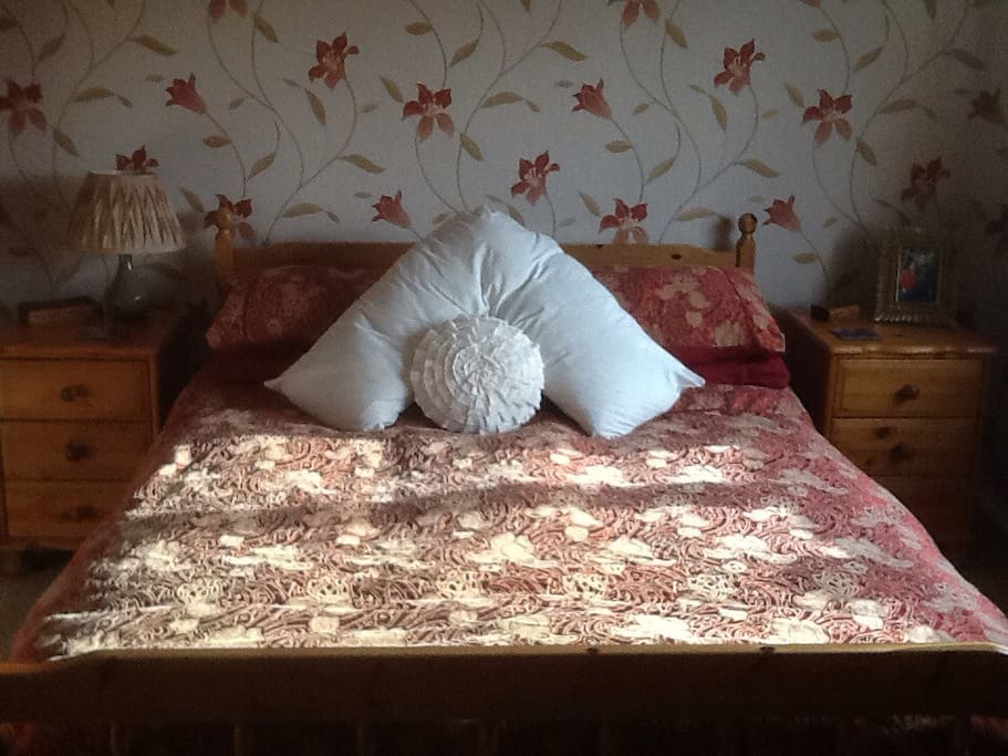 Double bed with co-ordinated curtains and duvet