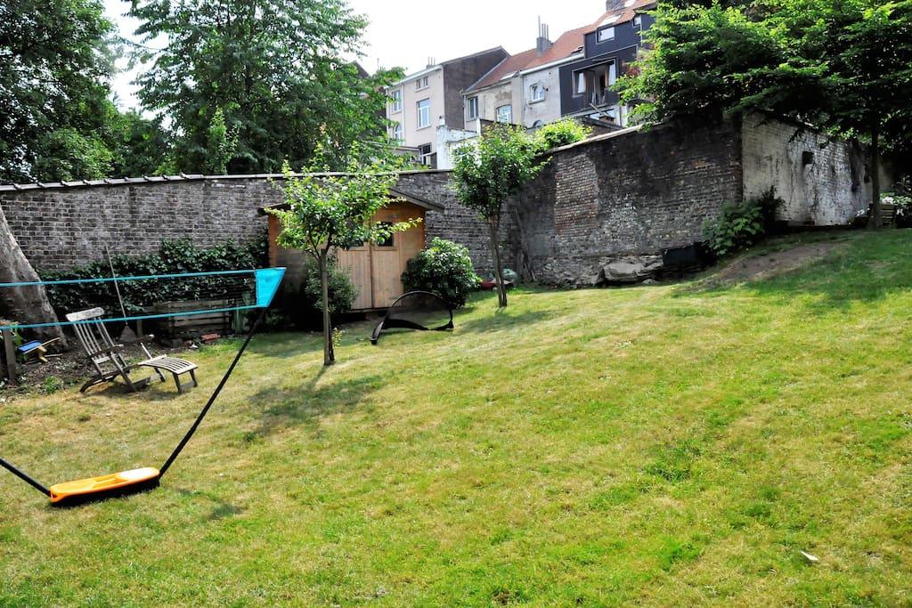 Le fond du jardin est exposé plein sud (soleil maximum!) / Garden south exposition