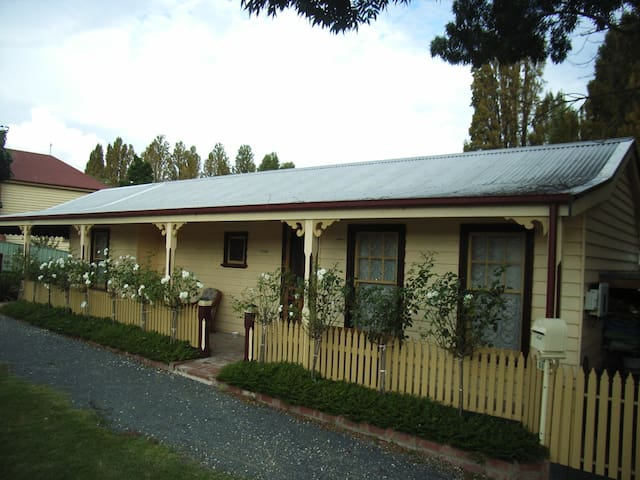 Luxury Pickett Cottage 50m to Shops,Spa,OppBrewery