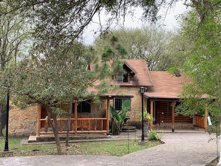Cabaña de madera y piedra. Climatizada. Allende NL