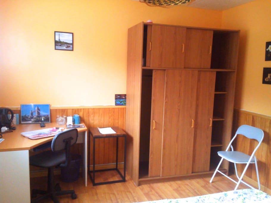 Dans votre chambre, une armoire, un bureau et de la documentation sont à votre disposition