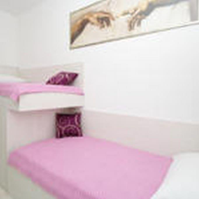 Comfortable bedroom with 2 single beds