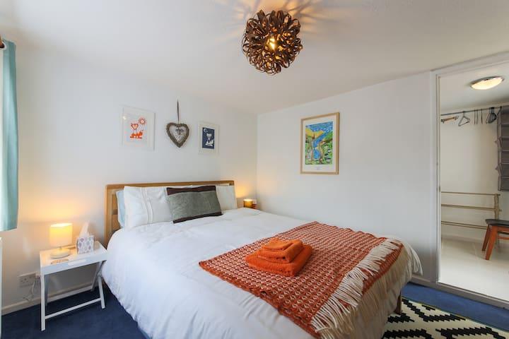 Annexe Room in Porthleven. Ensuite. Sleeps 2.