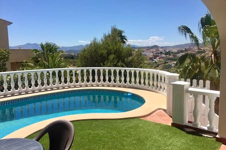 Chalet independiente con piscina privada.