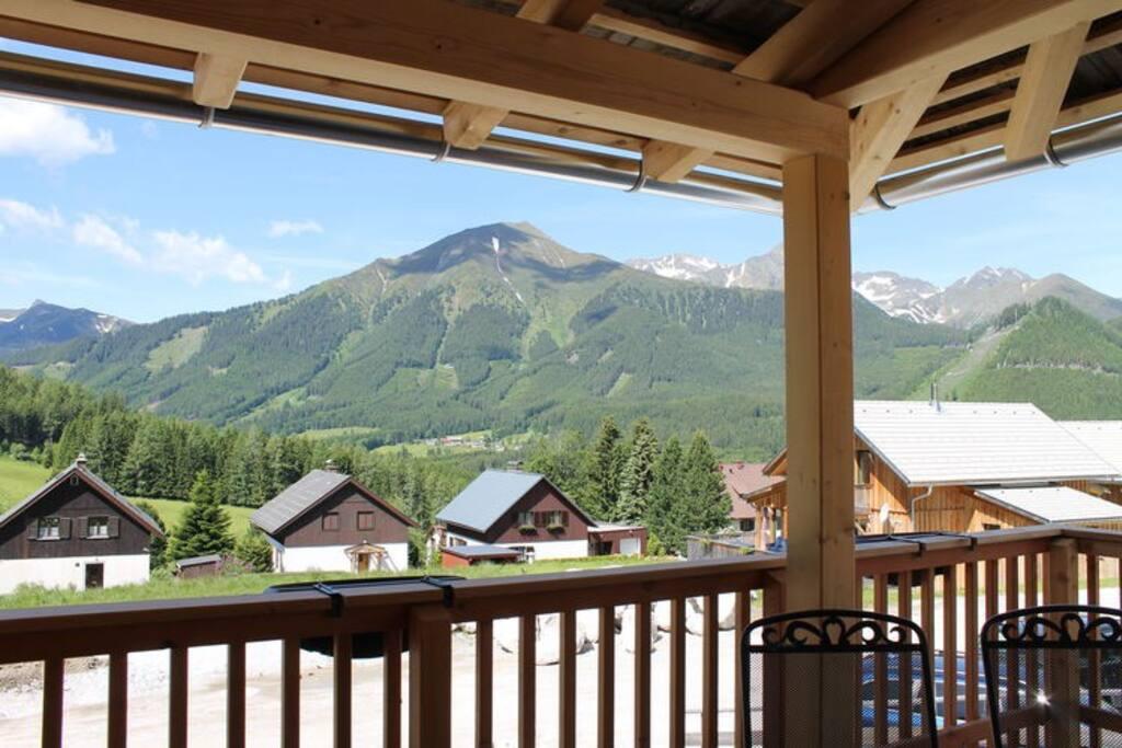 Zich op de bergen vanaf het balkon.