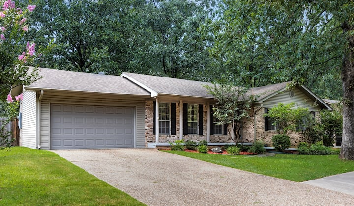 4 Bd. 2.5 Ba Home on Small Indian Hills Lake