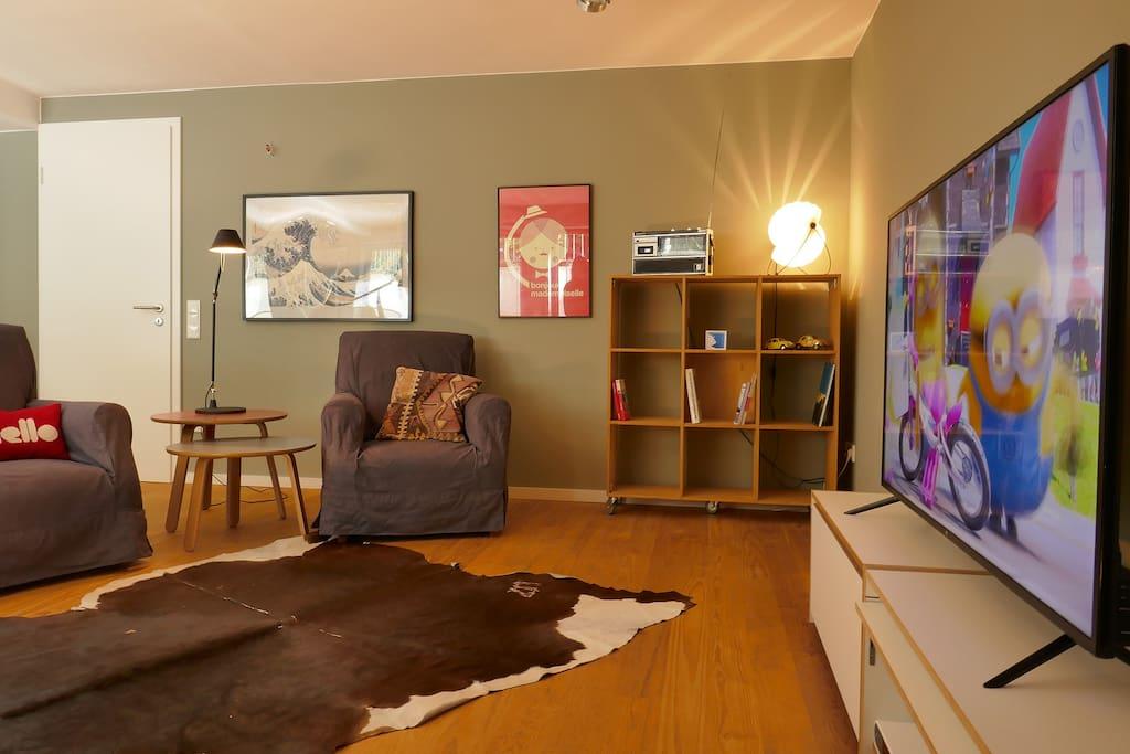 """Blick in den Wohnbereich mit 55"""" TV"""