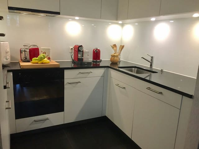 Küche mit Kaffeemaschine Toaster Wasserkocher Mikrowelle