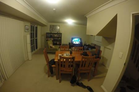 Furnished room in Central Location - Neutral Bay - Reihenhaus