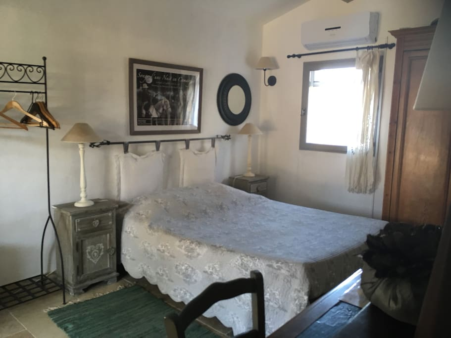 une chambre en camargue chambres d 39 h tes louer saintes maries de la mer provence alpes. Black Bedroom Furniture Sets. Home Design Ideas