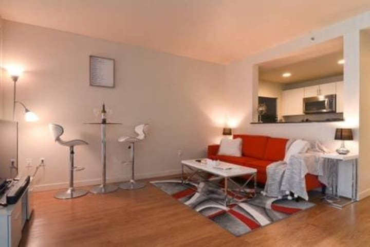 Chic Pike Place Condo WS 99