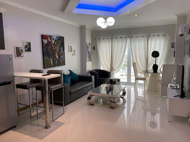A modern apartment w/roof top bar/pool/gym