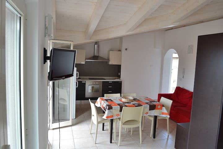 Appartamenti fino a 12 persone, 150 metri dal mare