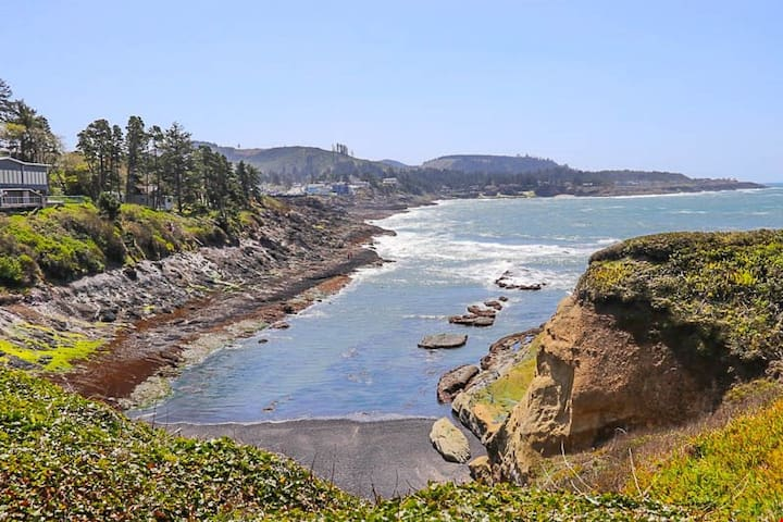 Mariner 1 - Depoe Bay Oceanfront Condo with Front Row Seats to Whale Watching!