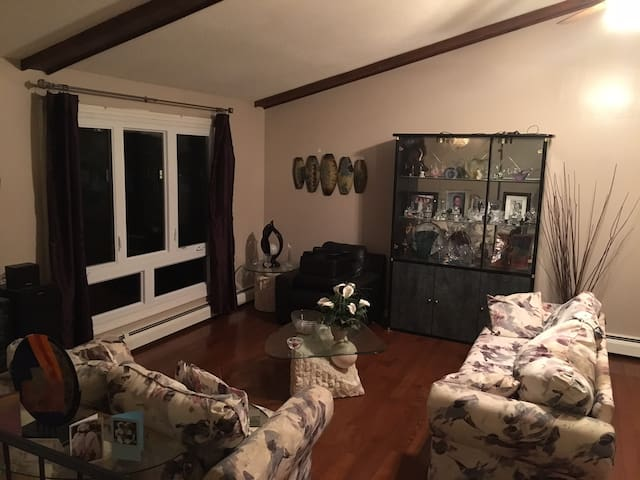 Warm & Private Room Available - East Hartford - Huis