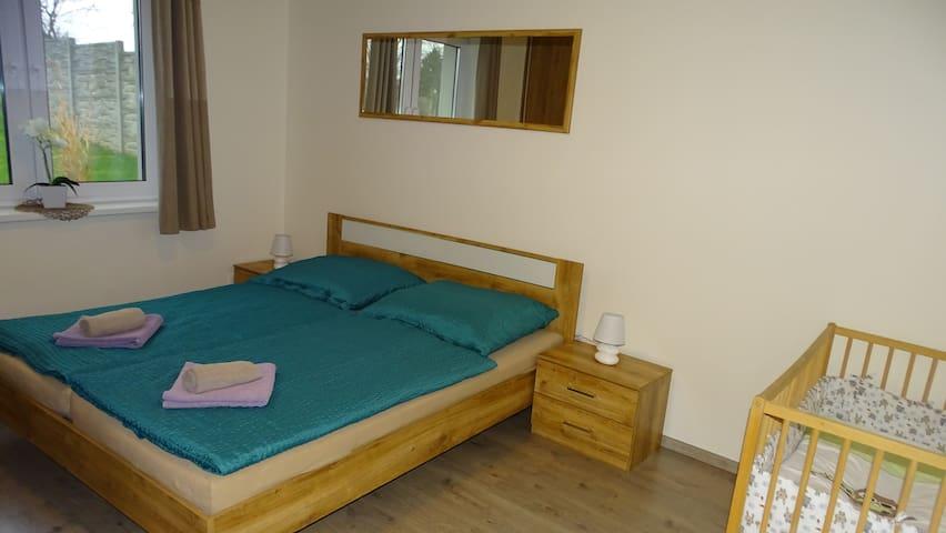 Spálňa s manželskou posteľou a detskou postieľkou