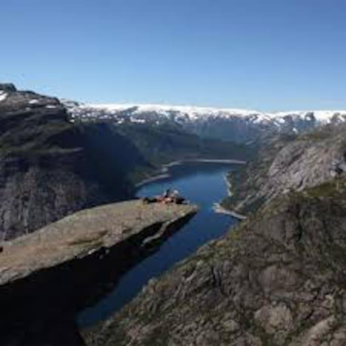 Trolltunga er bare en av mange fine fjellturer i nærheten av Lofthus!