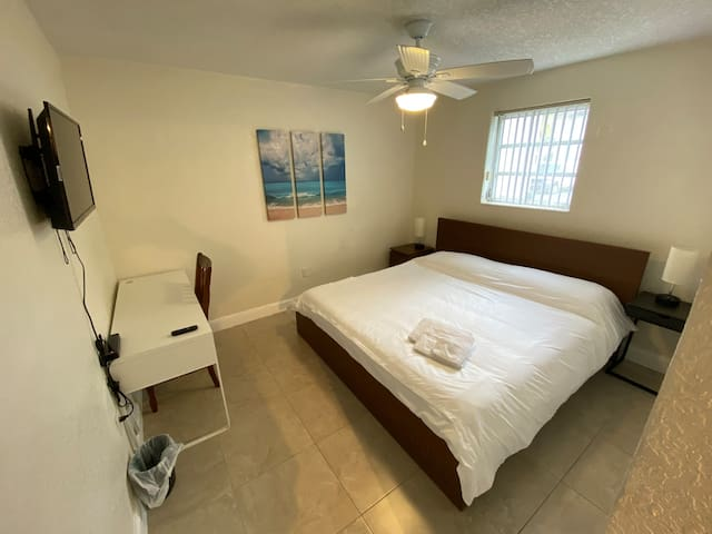 ♛ King Bed♛, Smart TV & 30Mbps Wifi in Miami Lakes