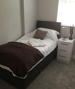 Contemporary Room in Bridge, Canterbury