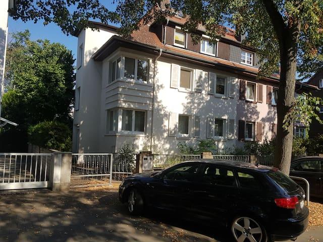 Behagliche Wohnung mit Stellplatz in Frankfurt