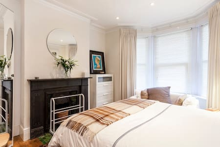 Very Comfortable Stylish Garden Flat -Central Line