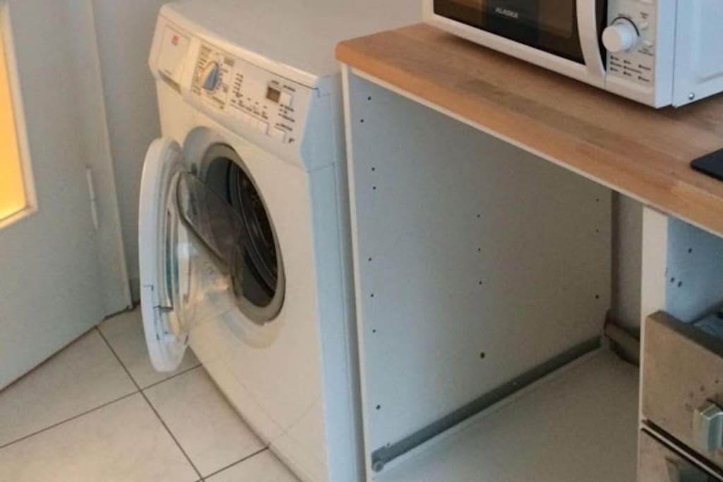 キッチンに洗濯機があります。