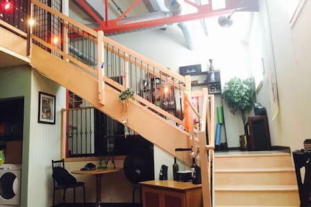 Modern & Artistic Loft Condo on Neil St! - Champaign - Çatı Katı