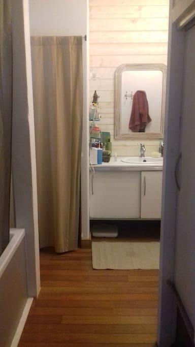 Salle de bain avec baignoire. WC indépendant