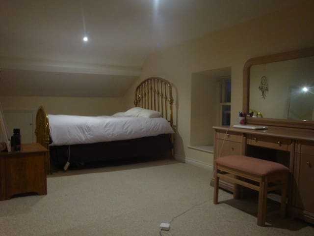 Large private ensuite room, queen bed, 2 singles